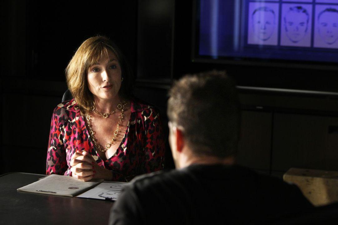 Bei den Ermittlungen: Colby (Dylan Bruno, r.) verhört Susan Stone (Nora Dunn, l.) ... - Bildquelle: Paramount Network Television