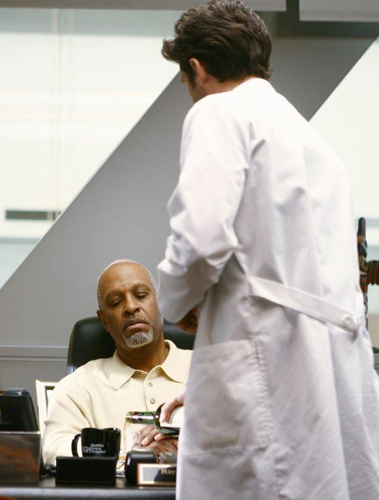 Derek (Patrick Dempsey, r.) will Webbers (James Pickens, Jr., l.) Alkoholproblem dem Krankenhausvorstand melden. Doch auf Merediths Bitten hin versp... - Bildquelle: Touchstone Television