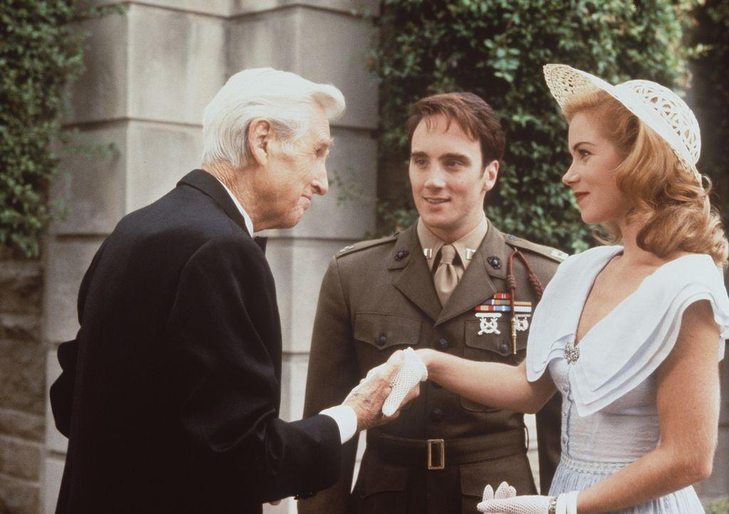 Der ergraute Vincenzo (Lloyd Bridges, l.) begrüßt seinen Sohn Anthony (Jay Mohr, M.), der zu einem Kriegshelden aufgestiegen ist, und dessen Freun...