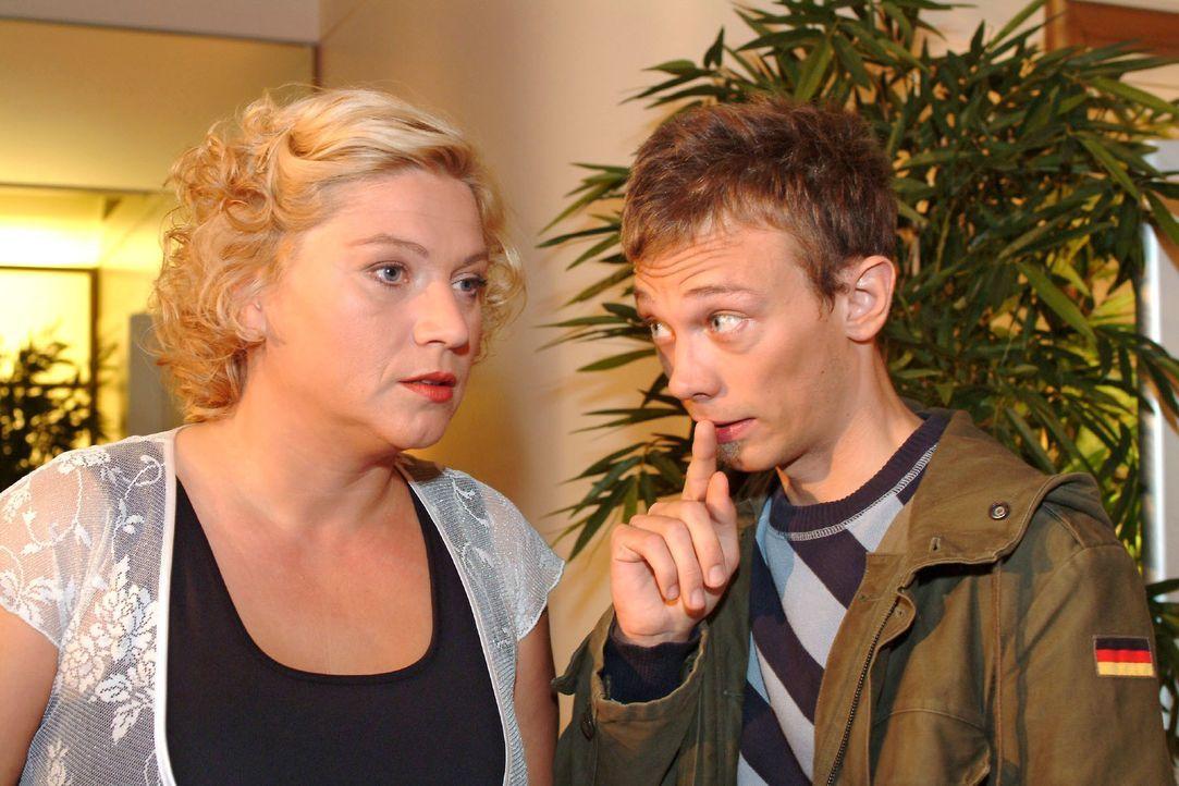 Agnes (Susanne Szell, l.) trifft Jürgen (Oliver Bokern, r.) bei Kerima Moda in geheimer Mission an. - Bildquelle: Monika Schürle SAT.1 / Monika Schürle