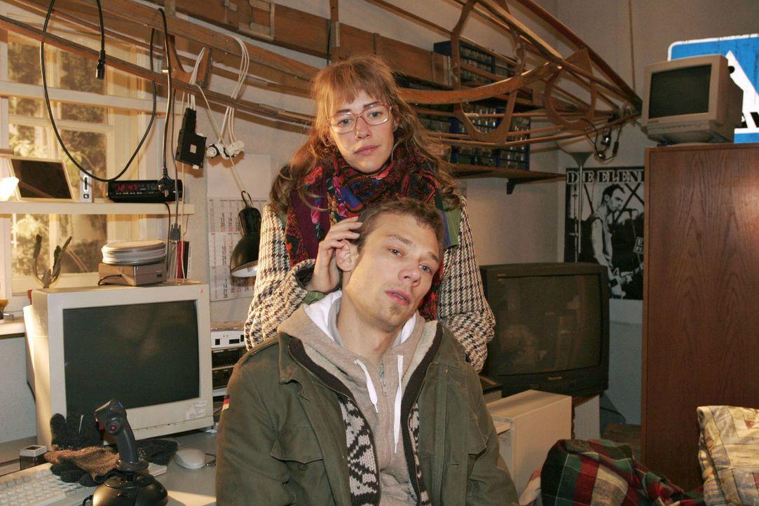 Lisa (Alexandra Neldel, hinten) reagiert betroffen, als für Jürgen (Oliver Bokern, vorne) wegen Sabrina und dem Kind plötzlich die Welt zusammenbric... - Bildquelle: Noreen Flynn SAT.1 / Noreen Flynn