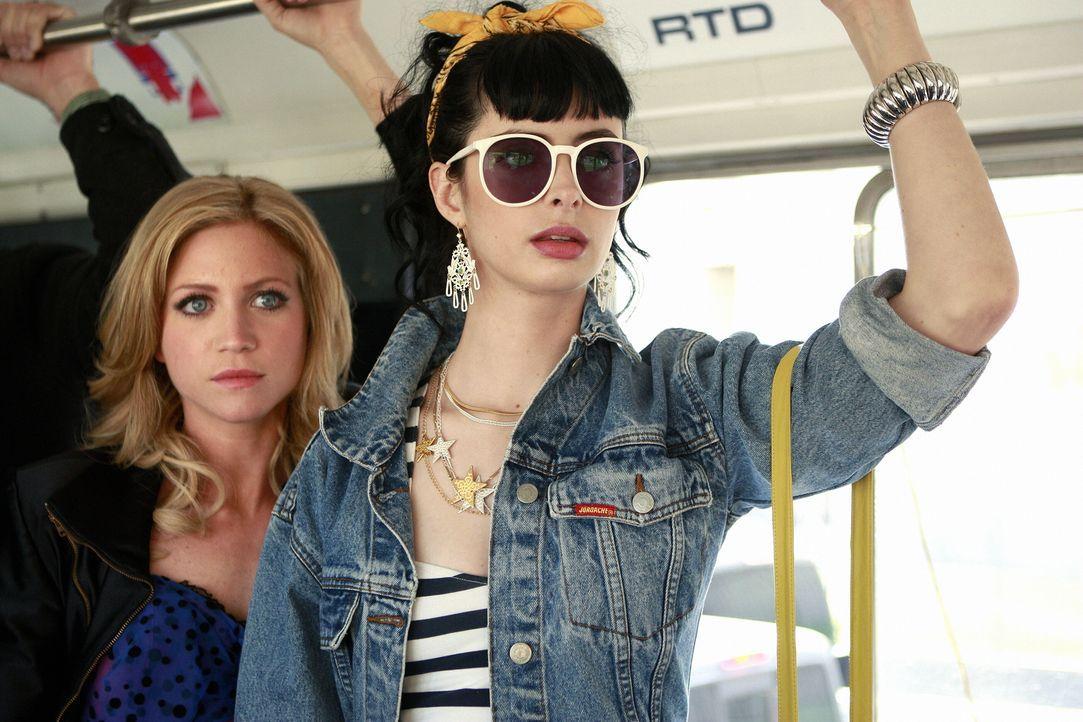 Rückblende: Busfahren - eine ganz neue Erfahrung für die verwöhnte Lily (Brittany Snow, l.). Was man nicht so alles von der großen Schwester (Kryste... - Bildquelle: Warner Brothers
