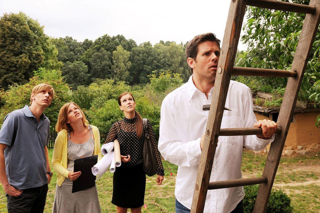 Stefan (Martin Glade, l.), Lilly (Mira Bartuschek, 2.v.l.), Sabine (Wolke Hegenbarth, 2.v.r.) und Kai (Steffen Groth, r.) fahren gemeinsam aufs Land. - Bildquelle: Sat.1