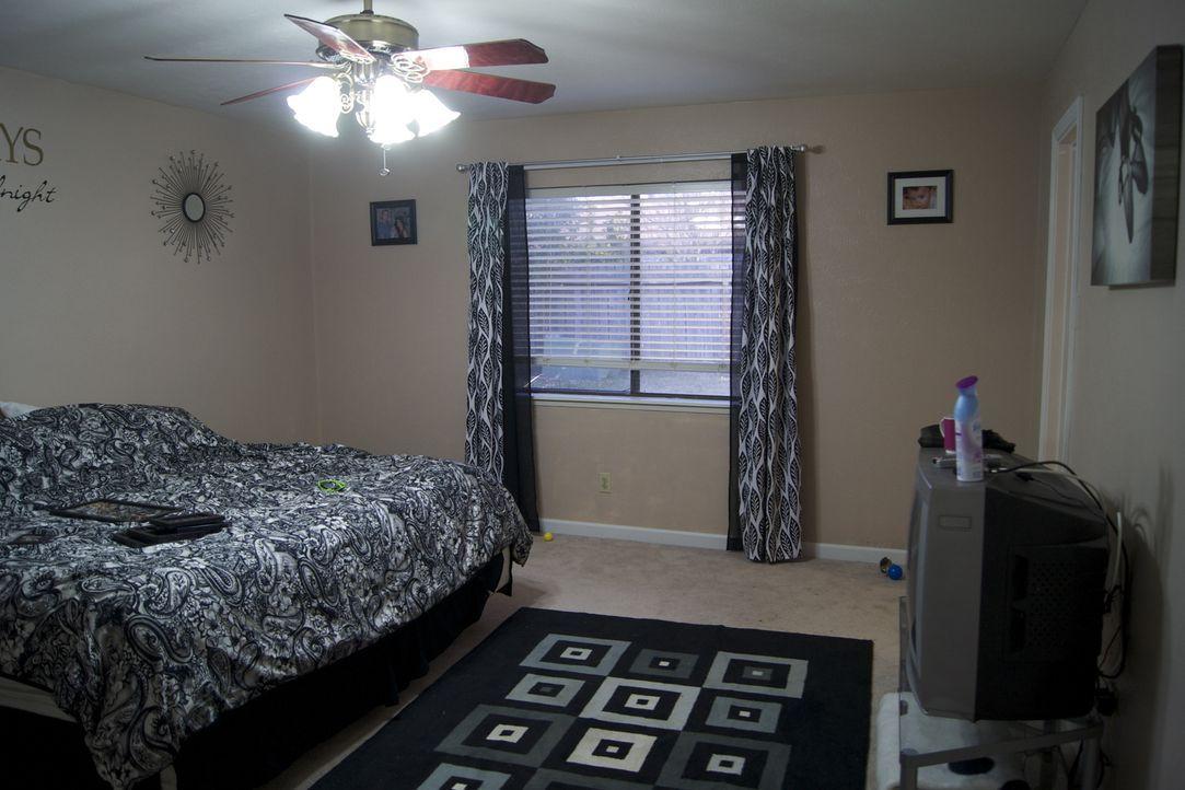 Aus diesem Schlafzimmer soll ein modernes Schlafzimmer mit Ausblick werden. Doch werden die Eigentümer mit dem Ergebnis am Ende zufrieden sein? - Bildquelle: 2011, DIY Network/Scripps Networks, LLC.  All Rights Reserved