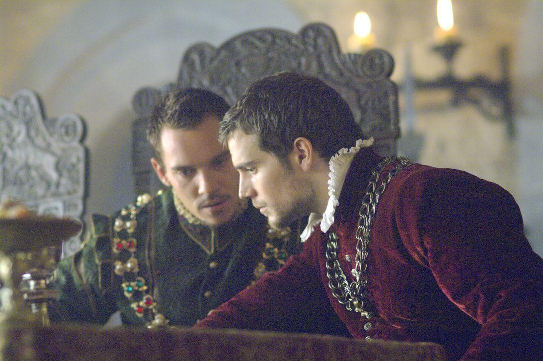 Als enger Vertrauter von König Henry (Jonathan Rhys Meyers, l.) steht Charles Brandon (Henry Cavill, r.) ihm selbstverständlich immer mit Rat und Ta... - Bildquelle: 2008 TM Productions Limited and PA Tudors II Inc. All Rights Reserved.