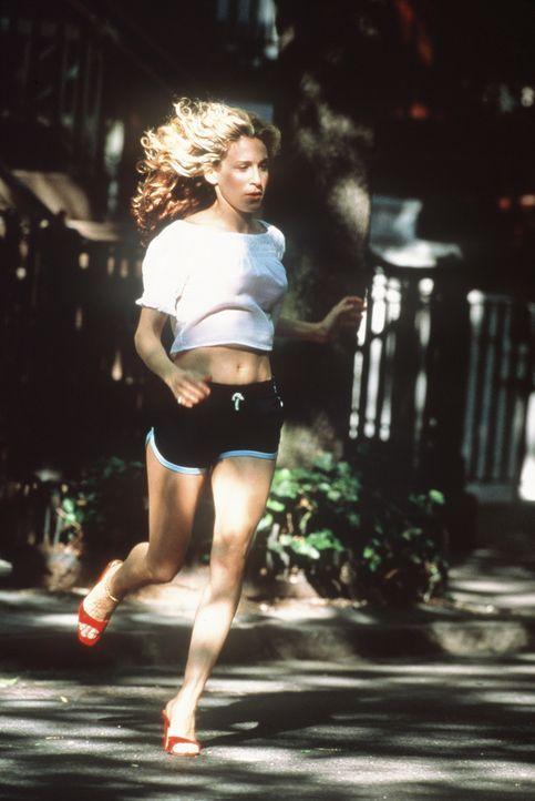 Carrie (Sarah Jessica Parker) ist am Boden zerstört: Heimlich hat sie sich mit Big getroffen und verliert währenddessen Aidans Hund Pete. - Bildquelle: Paramount Pictures
