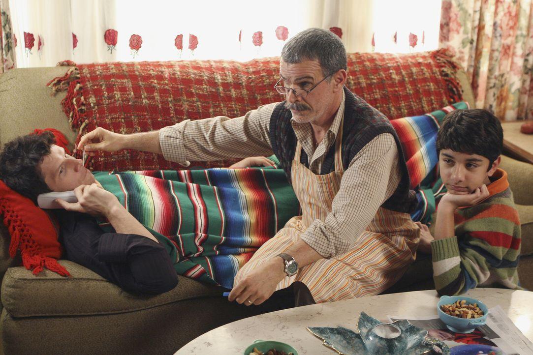 Trotz seines riesigen Katers genießt Daniel (Eric Mabius, liegend) den Tag im Hause von Familie Suarez … - Bildquelle: Buena Vista International Television