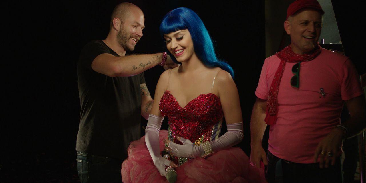 Ein Blick hinter die Kulissen und in das Privatleben einer Ikone. Katy Perry (M.) gewährt spektakuläre Einblicke ... - Bildquelle: 2012 Paramount Pictures. All Rights Reserved.