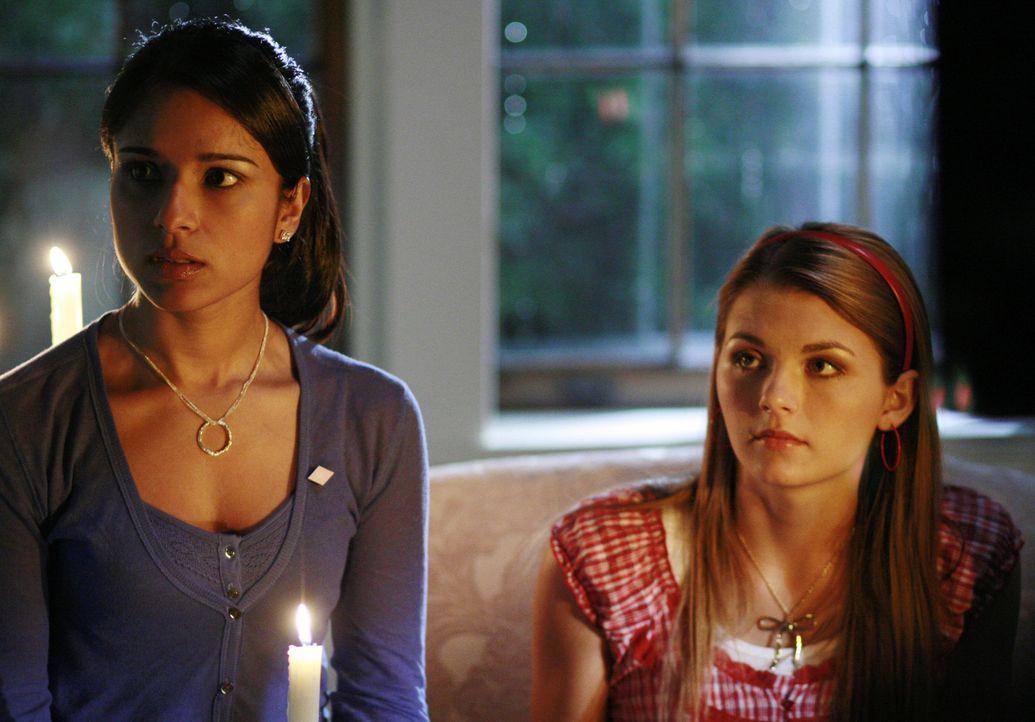 Nehmen Kontakt zu bereits verstorbenen Verbindungsschwestern auf: Rebecca (Dilshad Vadsaria, l.) und Jen K (Jessica Rose, r.) ... - Bildquelle: 2007 ABC FAMILY. All rights reserved. NO ARCHIVING. NO RESALE.
