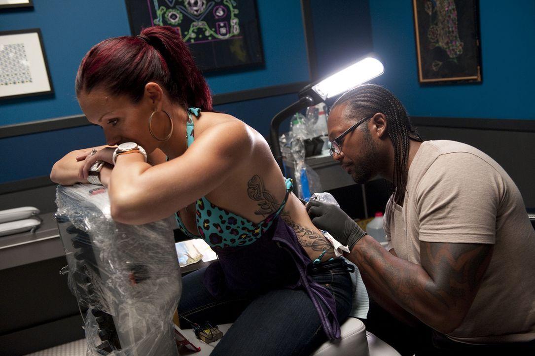Wie macht man aus einem dunklen Tattoo einen hellen Sandstrand? Die Wünsche seiner Kundin werden für Sebastian (r.) zur Herausforderung ... - Bildquelle: Spike TV