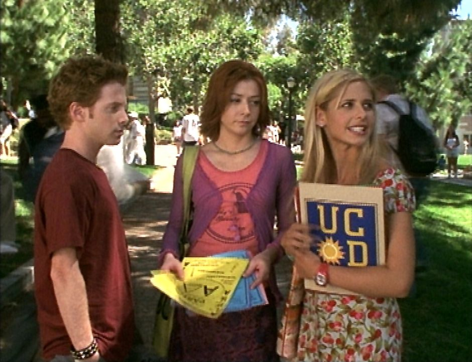 (v.r.n.l.) Buffy (Sarah Michelle Gellar) findet sich auf dem Campus nicht zurecht. Willow (Alyson Hannigan) und Oz (Seth Green) helfen ihr dabei. - Bildquelle: TM +   2000 Twentieth Century Fox Film Corporation. All Rights Reserved.