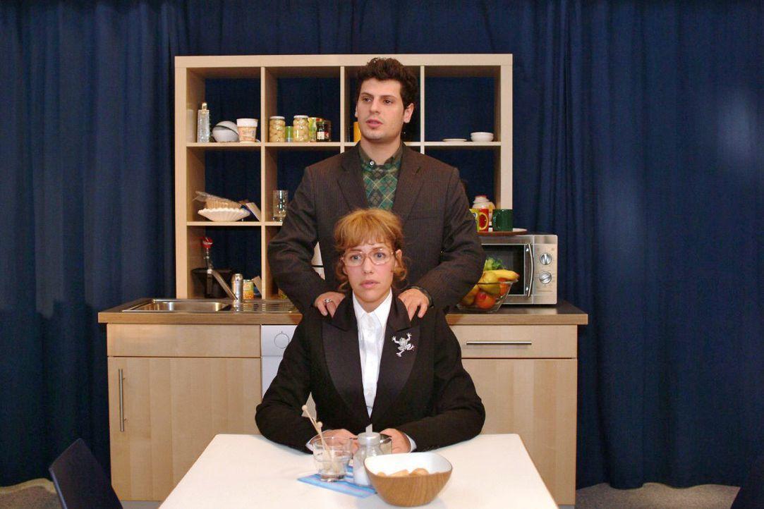 Vor dem TV-Auftritt redet Rokko (Manuel Cortez, hinten) Lisa (Alexandra Neldel, vorne) gut zu. (Dieses Foto von Alexandra Neldel darf nur in Zusamme... - Bildquelle: Noreen Flynn SAT.1 / Noreen Flynn