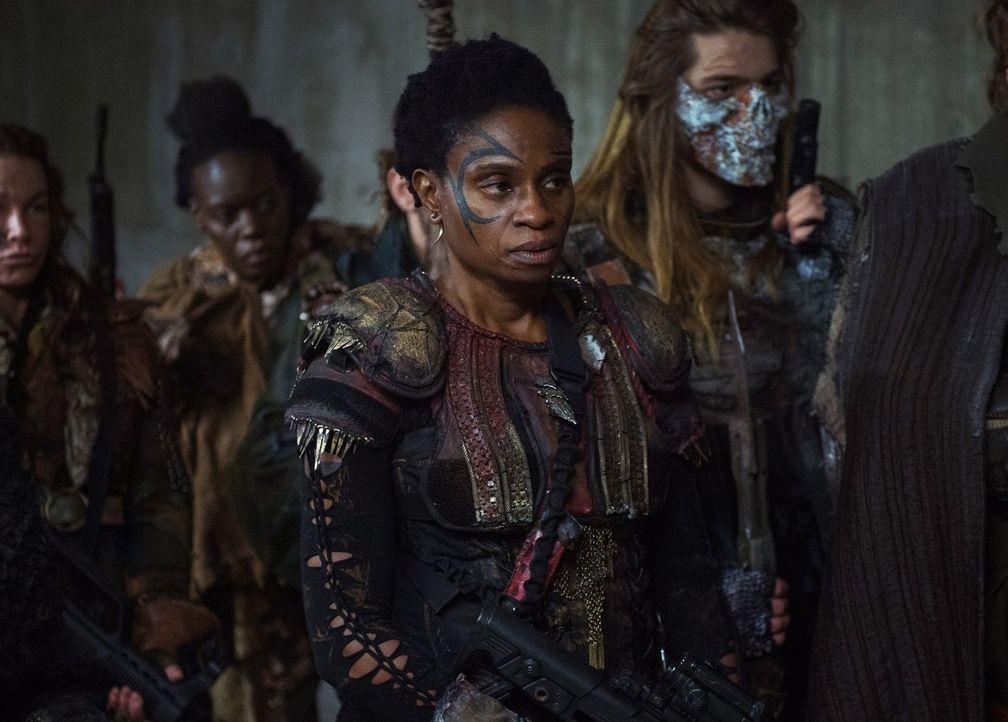 Indra (Adina Porter) und die anderen Grounder warten darauf, endlich ihre Plätze im Bunker beziehen zu können, während sich außerhalb der schützende... - Bildquelle: 2016 Warner Brothers