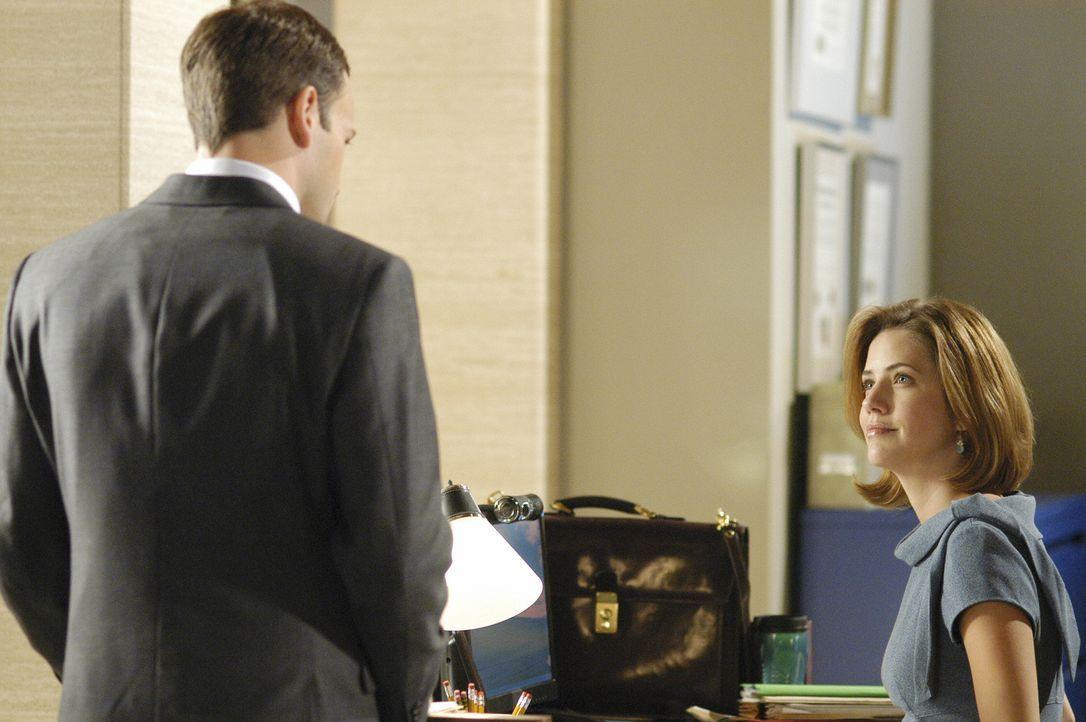 Allmählich kommen sich die beiden näher: Eli (Jonny Lee Miller, l.) und Maggie (Julie Gonzal, r.). - Bildquelle: Disney - ABC International Television
