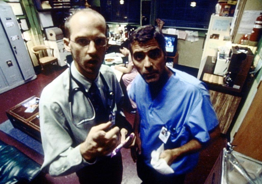 Dr. Greene (Anthony Edwards, l.) und Dr. Ross (George Clooney, r.) stellen mit Entsetzen fest, dass ihr privates Gespräch gefilmt wird. - Bildquelle: TM+  2000 WARNER BROS.