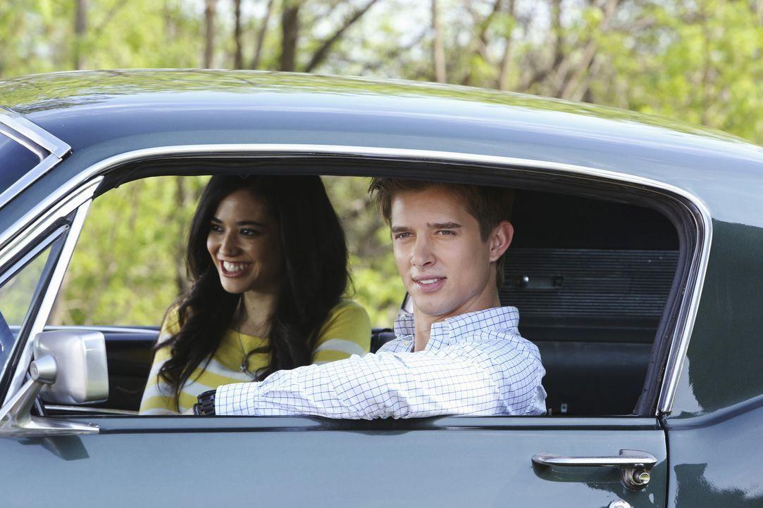 Zoila stellt sich noch immer gegen Philippes und Genevieves Beziehung, während Remi (Drew Van Acker, r.) eine folgenschwere Entscheidung trifft, die... - Bildquelle: ABC Studios