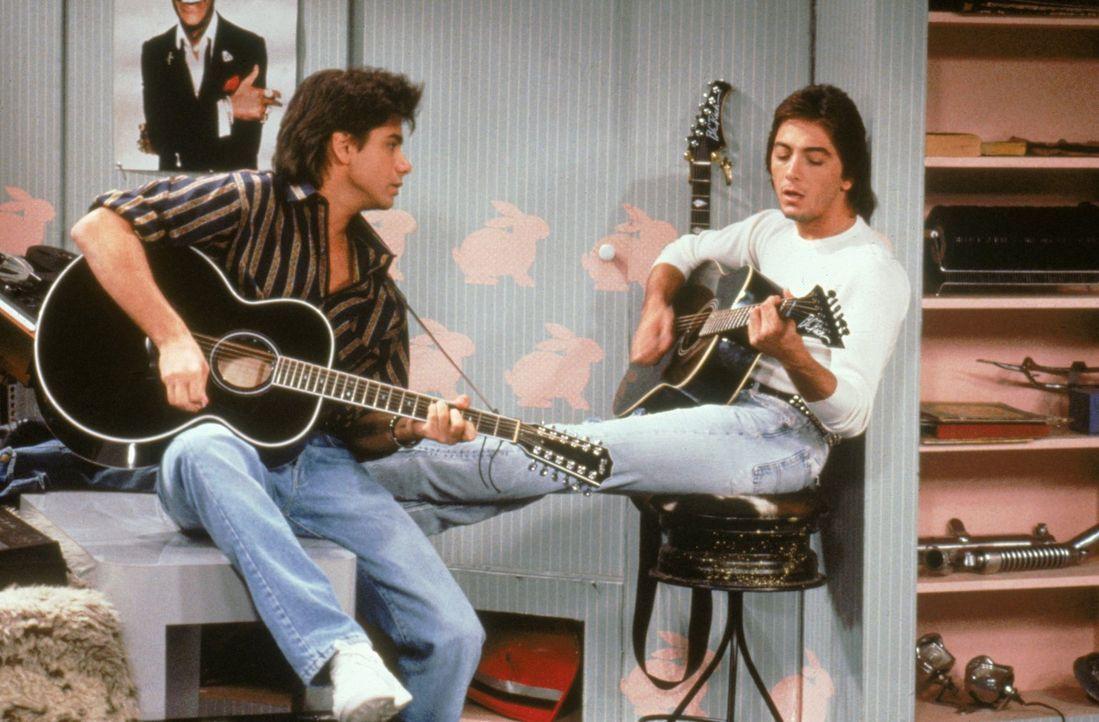 Als sein alter Freund und ehemaliges Bandmitglied Pete Bianco (Scott Baio, r.) plötzlich bei Jesse (John Stamons, l.) vor der Tür steht, wird die Se... - Bildquelle: Warner Brothers Inc.