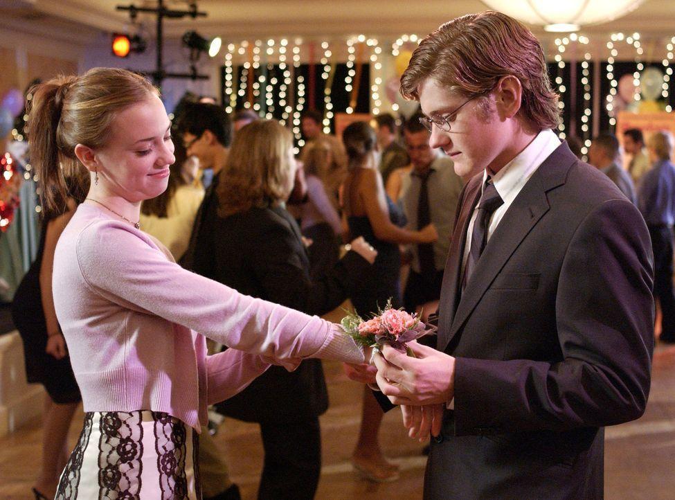 Susan hält ihre Tochter Julie für das perfekte Kind, doch als sie Julie (Andrea Bowen, l.) mit Zach (Cody Kasch, r.) beim Küssen erwischt, muss sie... - Bildquelle: Touchstone Television