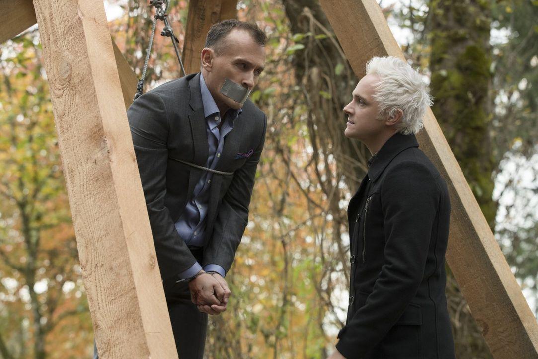 Blaine (David Anders, r.) macht seinem Vater Angus (Robert Knepper, l.) klar, dass er sich nicht das Brot von der Butter nehmen und sich erst recht... - Bildquelle: 2017 Warner Brothers