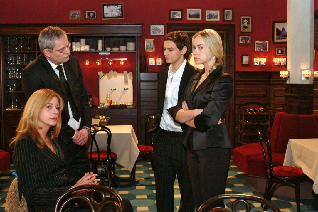 Kim (Lara-Isabelle Rentinck, r.) hat Angst, dass Alexander (Shai Hoffmann, 2.v.r.) ihren Eltern (Olivia Pascal, l., Wilhelm Manske, 2.v.l.) erzählt... - Bildquelle: Monika Schürle Sat.1