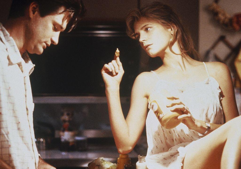 Da das Liebesleben zwischen dem Ehepaar Peter (Bill Pullman, l.) und Kathy Whiting (Harley Jane Kozak, r.) eher mäßig ist, flüchtet sich die jung... - Bildquelle: Orion Pictures Corporation