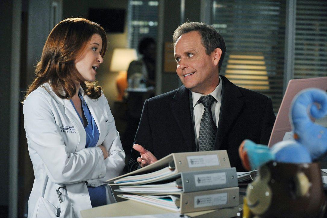 Während Richard Webbers Frau Adele erneut im Krankenhaus behandelt wird, entdeckt April (Sarah Drew, l.), dass mehr an Dr. Stark (Peter MacNicol, r.... - Bildquelle: ABC Studios