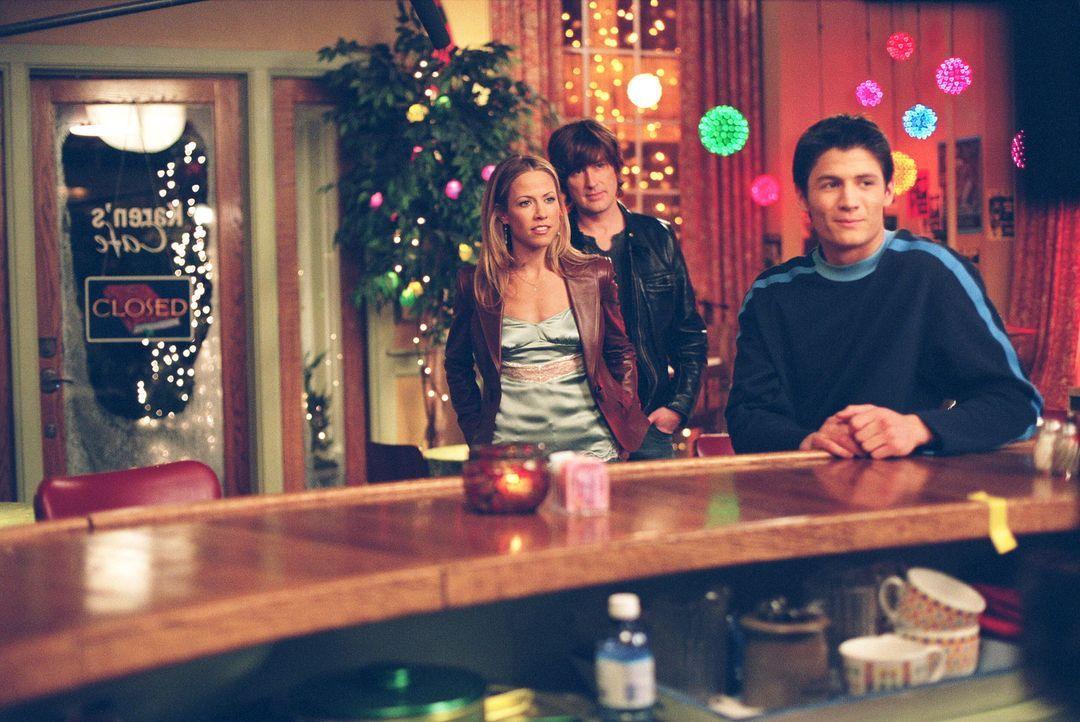 Sheryl Crow (Sheryl Crow, l.) und Tim Smith (Tim Smith, M.) treten in Karen's Cafe auf. Nathan (James Lafferty, r.) kann es nicht glauben ... - Bildquelle: Warner Bros. Pictures