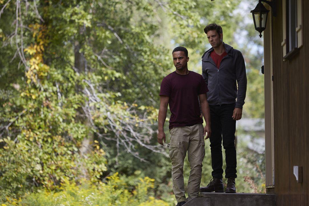 Noch ahnen Nick (Steve Lund, r.) und Logan (Michael Xavier, l.) nicht in welche Hände Rachel geraten ist ... - Bildquelle: 2015 She-Wolf Season 2 Productions Inc.
