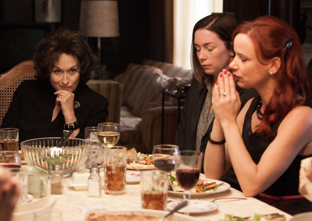 In den Fängen ihrer Mutter Violet (Meryl Streep, l.) fühlen sich Ivy (Julianne Nicholson, M.) und Karen (Juliette Lewis, r.) zunehmend unwohl. Doch... - Bildquelle: Claire Folger TOBIS FILM