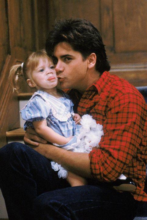 Noch ahnen Jesse (John Stamos, r.) und die kleine Michelle (Mary-Kate/Ashley Olsen, l.) nicht, dass die Überraschungsparty, die D.J. für Kimmy organ... - Bildquelle: Warner Brothers Inc.