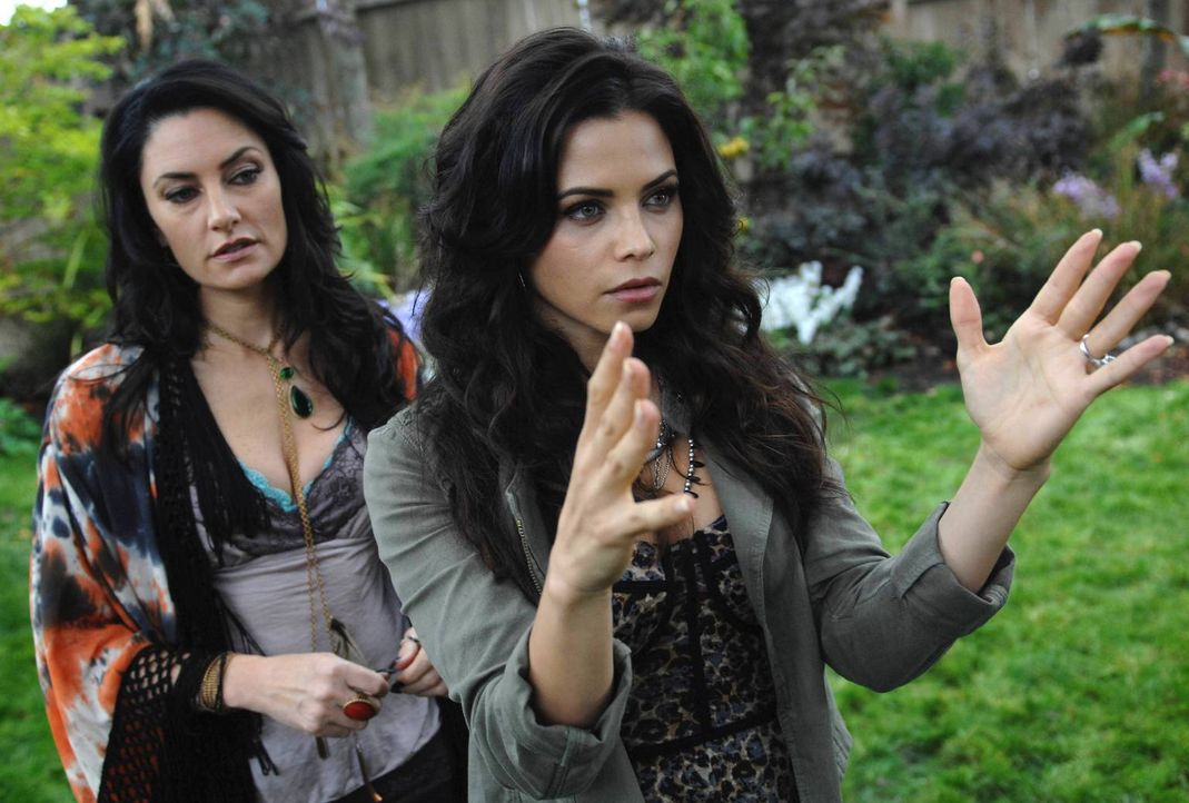 Freya (Jenna Dewan-Tatum, r.) braucht dringend Hilfe von ihrer Tante Wendy (Mädchen Amick, l.), denn sie hat einen hochgiftigen Zweig berührt ? - Bildquelle: 2013 Lifetime Entertainment Services, LLC. All rights reserved.