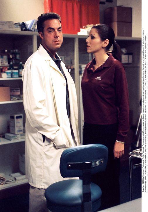 Als Dr. Hackett (Titus Welliver, l.) Lydia (Heather Paige Kent, r.) mitteilt, dass er verheiratet ist, bricht für Lydia eine Welt zusammen. Ob sie e... - Bildquelle: CBS Television