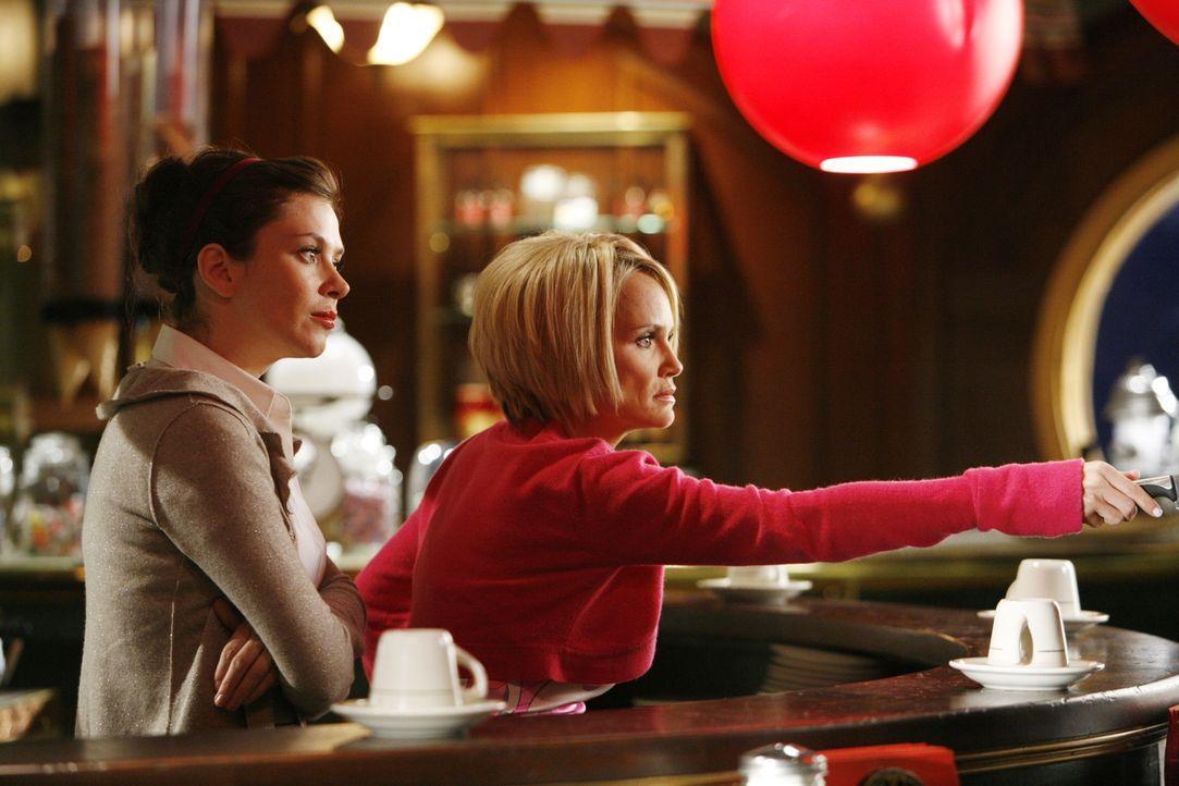 Nach dem Lesen eines Buches stirbt plötzlich eine Frau. Chuck (Anna Friel, l.) und Olive (Kristin Chenoweth, r.) wissen anscheinend auch schon, wer... - Bildquelle: Warner Brothers