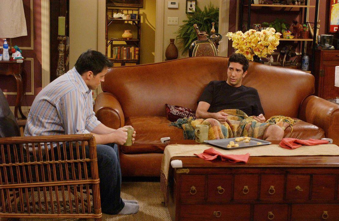 Seit sechs Jahren ist zwischen Ross (David Schwimmer, r.) und Rachel Schluss, doch Joey (Matt LeBlanc, l.) macht sich immer noch Sorgen, was die Gef... - Bildquelle: 2003 Warner Brothers International Television