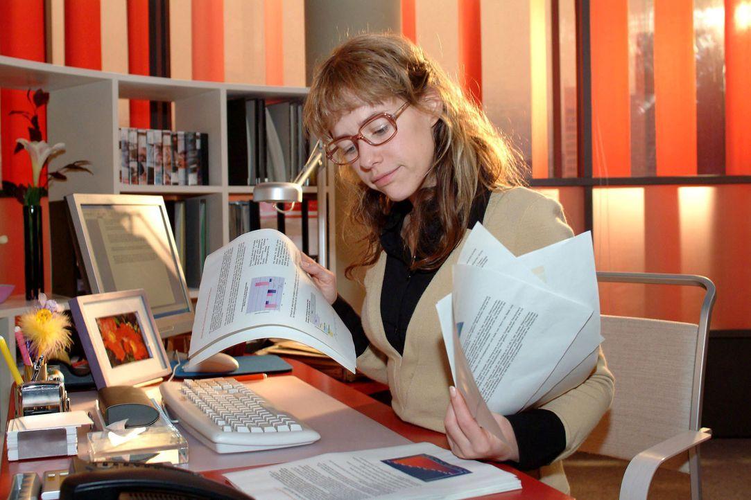 Zurück im Büro, macht sich Lisa (Alexandra Neldel) motiviert und professionell an die Arbeit. Scheint sie doch unentbehrlich! (Dieses Foto von Alexa... - Bildquelle: Monika Schürle SAT.1 / Monika Schürle