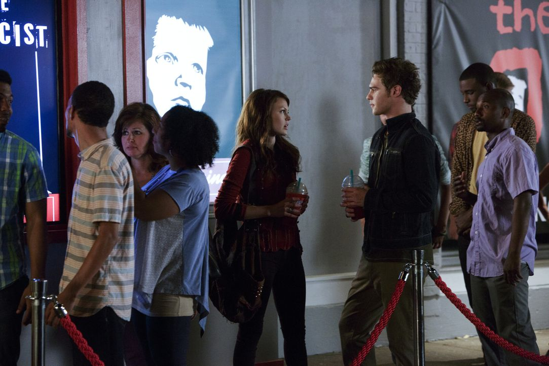 Emery (Aimeé Teegarden, Mitte l.) und Grayson (Grey Damon, Mitte r.) treffen sich zu einem Date, doch dieses entwickelt sich anders als erhofft ... - Bildquelle: 2014 The CW Network, LLC. All rights reserved.