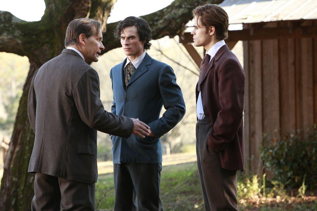 Giuseppe (James Remar, l.) weiht seine Söhne Damon (Ian Somerhalder, M.) und Stefan (Paul Wesley, r.) in seine Pläne für die Vampirjagd ein ... - Bildquelle: Warner Bros. Television