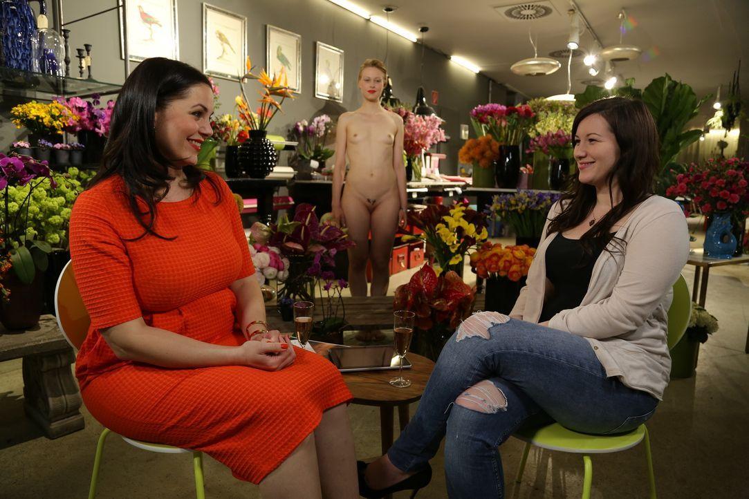 Agi (r.) spricht offen mit Paula (l.) über frühere Probleme. Mittlerweile hat Agi jedoch ihre Scheide lieben gelernt und sich dabei auf eine erotisc... - Bildquelle: sixx