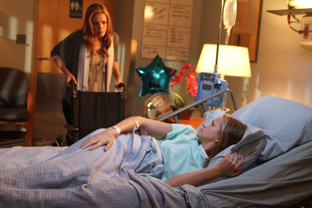 Haley (Bethany Joy Lenz, l.) weiß, wie verzweifelt Quinn (Shantel VanSanten, r.) darauf wartet, endlich Clay besuchen zu dürfen - und dann trifft si... - Bildquelle: Warner Bros. Pictures