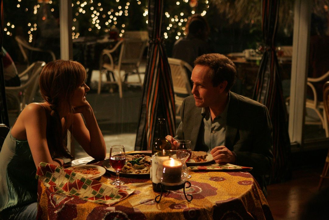 Nach einem harten Arbeitstag gönnen sich Megan (Diane Farr, l.) und Larry (Petr MacNicol, r.) ein gemütliches Abendessen ... - Bildquelle: Paramount Network Television