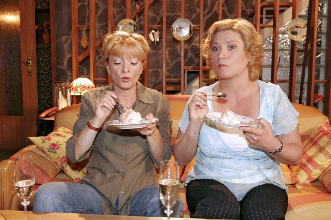 Helga (Ulrike Mai, l.) und Agnes (Susanne Szell, r.) belohnen sich für ihre sportlichen Leistungen. - Bildquelle: Noreen Flynn SAT.1 / Noreen Flynn