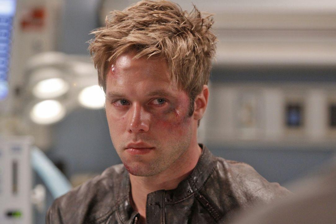 Oh, oh - was ist denn da passiert? David (Shaun Sipos) wurde von Hassans Bodyguards krankenhausreif geschlagen ... - Bildquelle: 2009 The CW Network, LLC. All rights reserved.