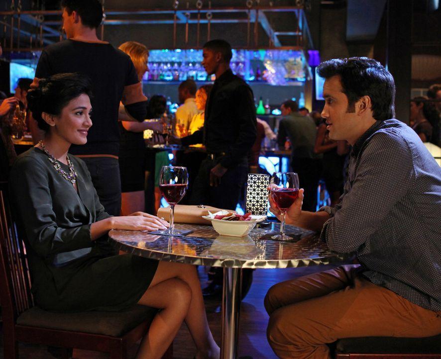 Navid (Michael Steger, r.) hat endlich ein Date mit seinem Traummädchen Sonja (Hina Abdullah, l.). Ob er es schafft ihr Herz zu erobern oder wird e... - Bildquelle: TM &   CBS Studios Inc. All Rights Reserved