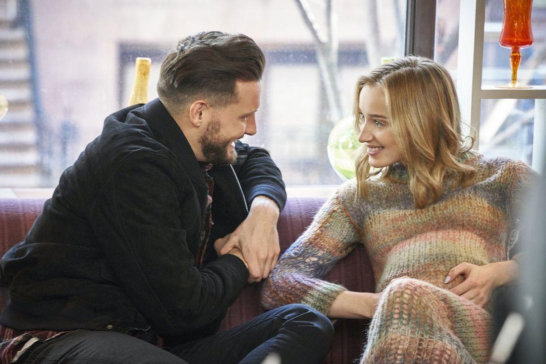 Josh (Nico Tortorella, l.); Clare (Phoebe Dynevor, r.) - Bildquelle: 2019 Viacom International Inc. All Rights Reserved