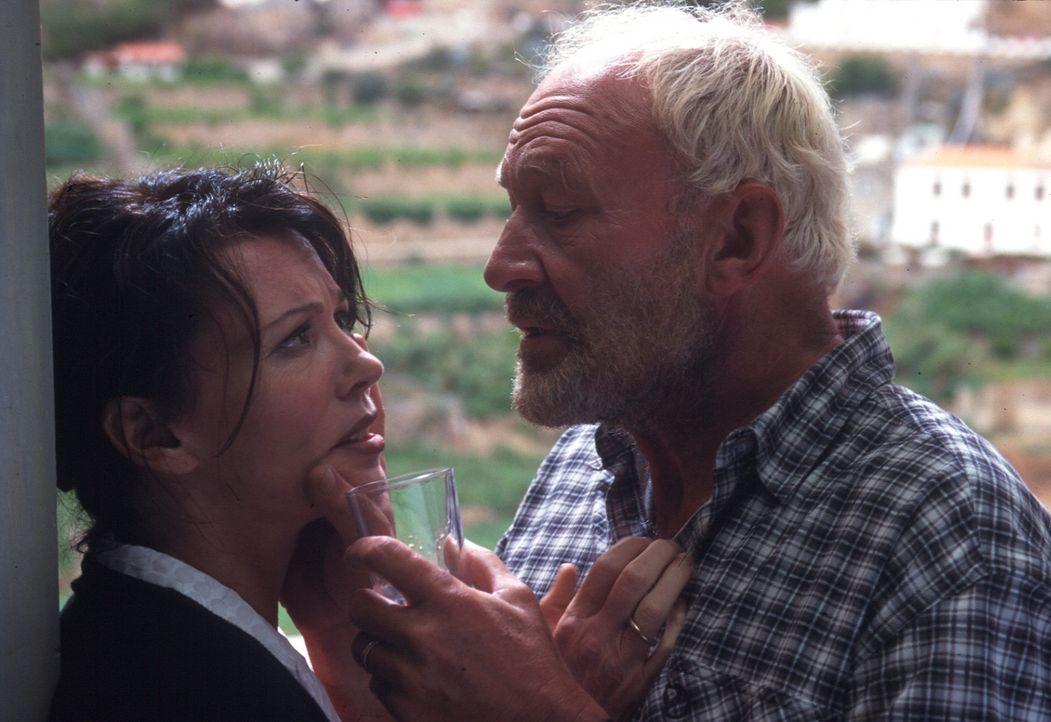 Paul (Michael Mendl, r.) flößt Lea (Iris Berben, l.) ein Betäubungsmittel ein. Nach allem, was sie ihm angetan hat, will er mit dem Geld aus sein... - Bildquelle: Sat.1