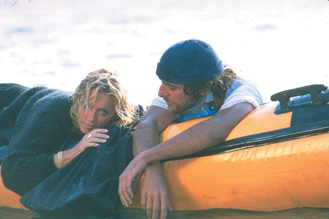 Widerwillig begleitet Amber Leighton (Madonna, l.) ihren Gatten auf eine Reise von Griechenland nach Italien. Ihren Unmut über diese Reise lässt sie... - Bildquelle: 2003 Sony Pictures Television International