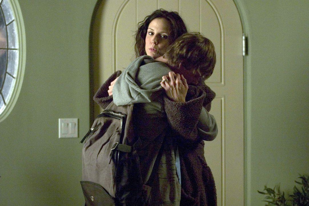 Silas (Hunter Parrish, r.), voll auf Ecstasy, ist froh wieder bei seiner Mama Nancy (Mary-Louise Parker, l.) zu sein ... - Bildquelle: Lions Gate Television