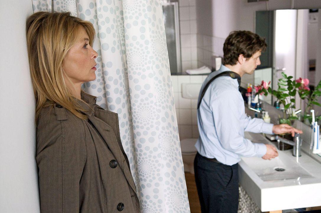 Christiane (Barbara Rudnik, l.) hat sich in Gretas und Davids (Florian Stetter, r.) Wohnung eingeschlichen, um Beweise für ihren Verdacht gegen ihr... - Bildquelle: Sat.1