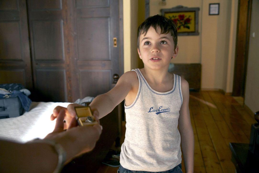 Marlies ist entsetzt, als Timmy (Jannis Michel) Claudia den Verlobungsring aus Thomas' Familie überreicht. - Bildquelle: Sat.1