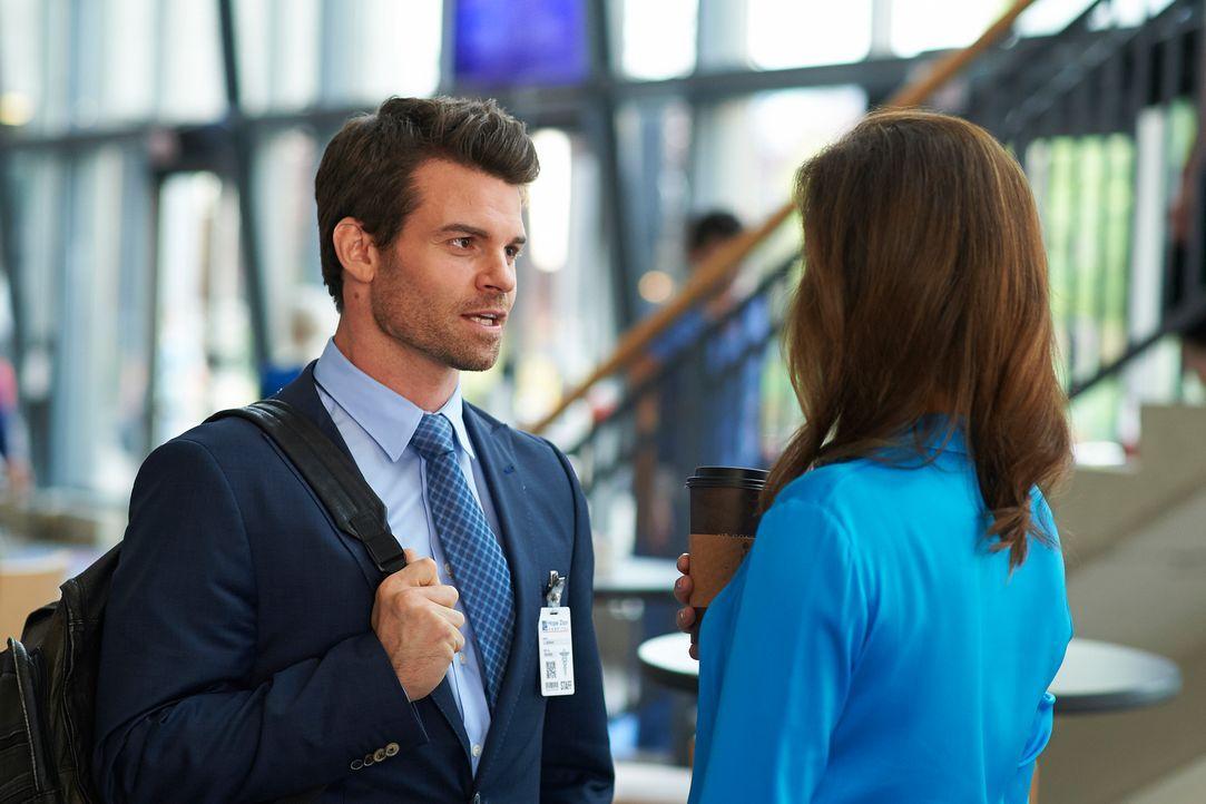 Joel (Daniel Gillies, l.) kämpft mit den Tücken seines neuen Postens ... - Bildquelle: 2012  Hope Zee One Inc.
